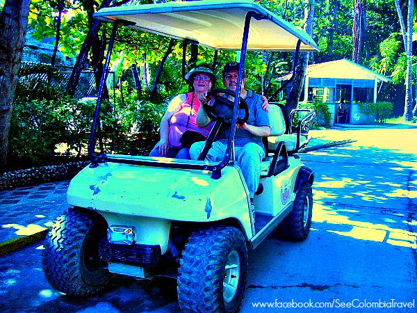 Puedes recorrer la isla de San Andres, en el caribe colombiano, en un carrito de golf o moto.