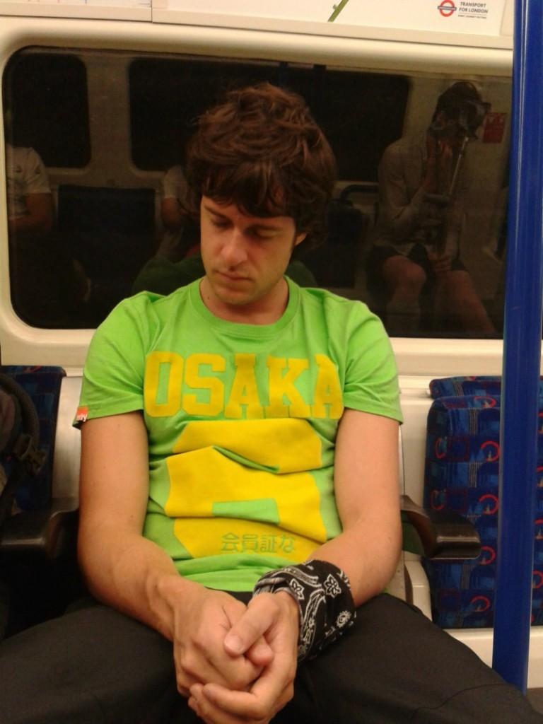Daniel Tirado duerme metro